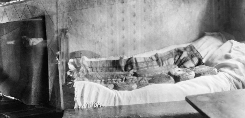 Kai Uldall 1929 - brødene er lagt paa sengen (Nationalmuseet)