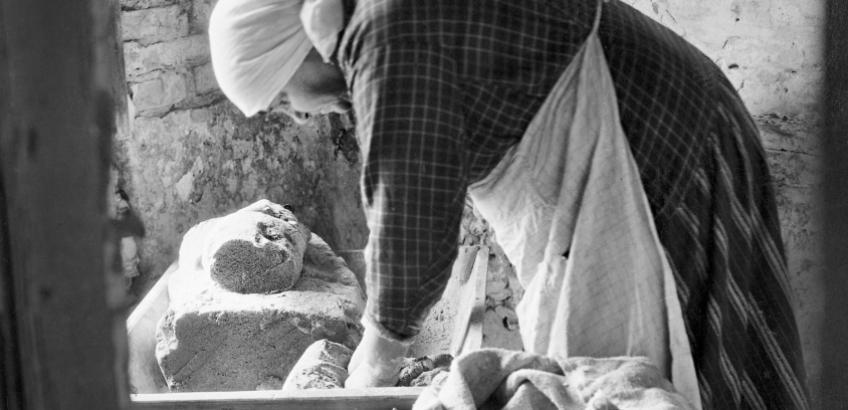 Kai Ulldall (1929) - Ann Hjort bager. Dejen æltes (Nationalmuseet)